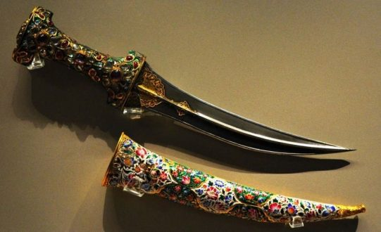 خنجر جواهر نشان 541x330 - معرفی موزه جواهرات ملی نگین درخشان موزه های ایران