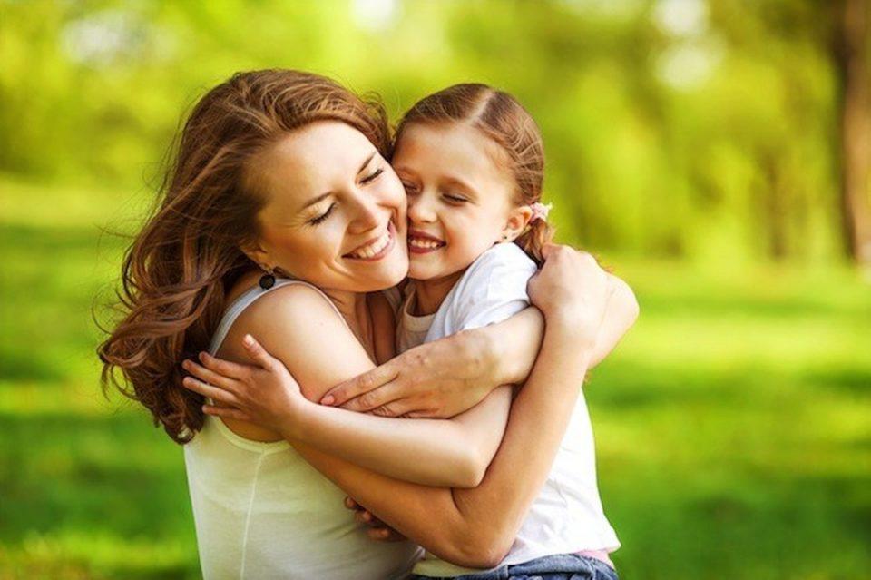 فواید در آغوش گرفتن کودک