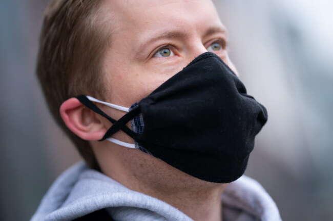 از دو ماسک روی هم و پرهیز از تجمعات؛ فرمولی برای مقابله با کرونای انگلیسی