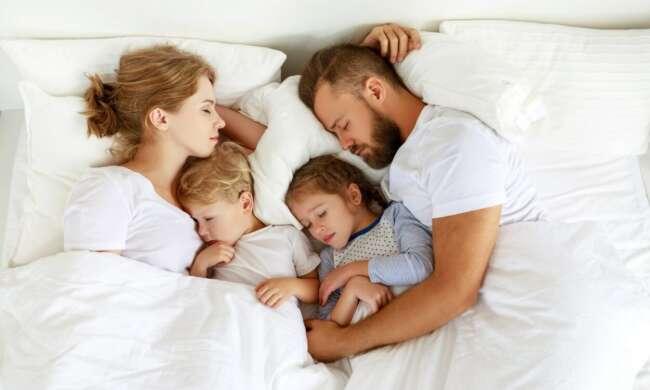خوابیدن کودک در رختخواب والدین