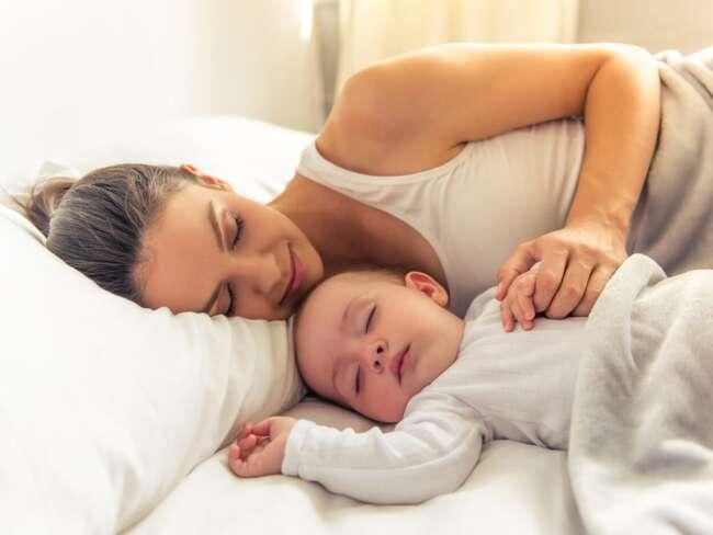 خوابیدن کودک در رختخواب والدین و مشکلات ناشی از آن