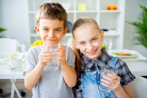 ضرورت نوشیدن آب در کودکان و مقدار آن