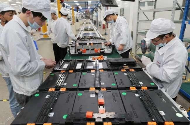 کارگران باتری خودروی الکتریکی