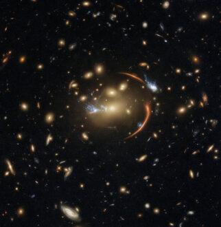 رصد یک کهکشان دور از دسترس با کمک یک خوشه کهکشانی نزدیک